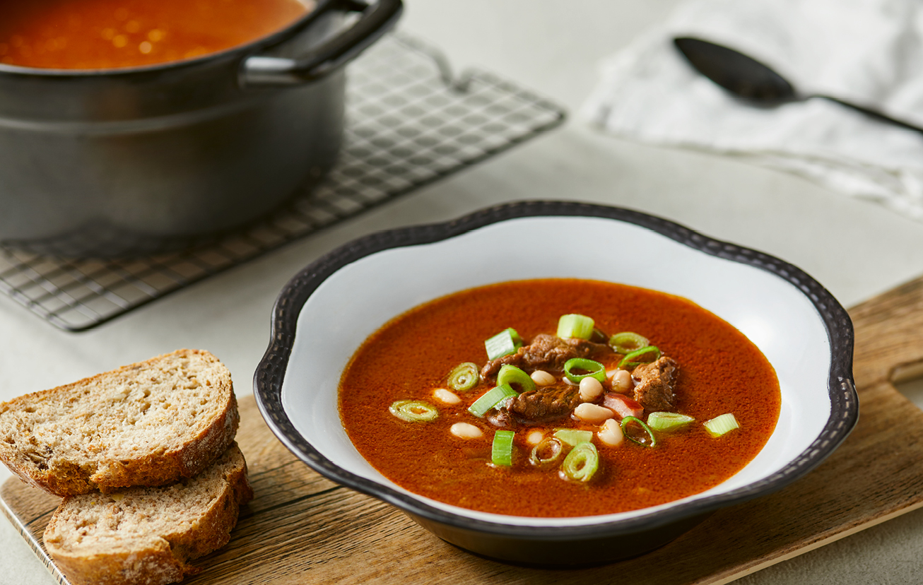 Gulášová polievka s fazuľou a klobásou
