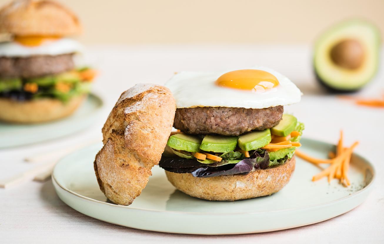 Burger s avokádom a vajíčkom