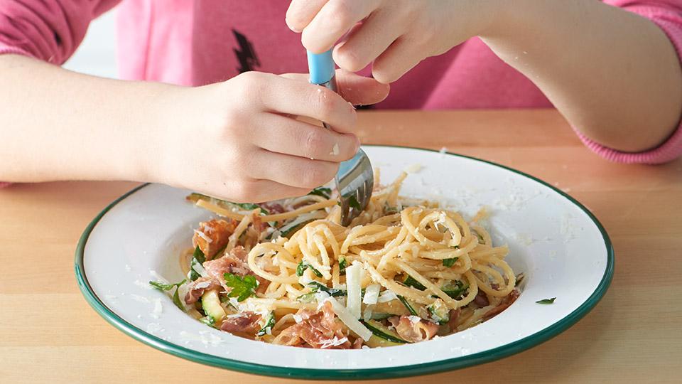Špagety s prosciuttom a cuketou