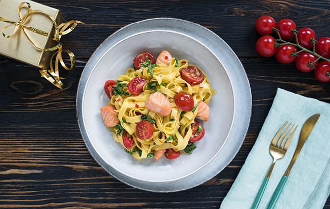 Cestoviny s lososom a paradajkami