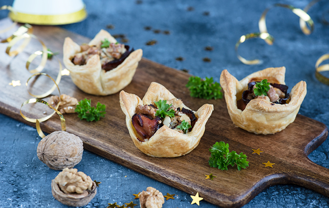 Košíčky plnené karamelizovanou cibuľou a modrým syrom
