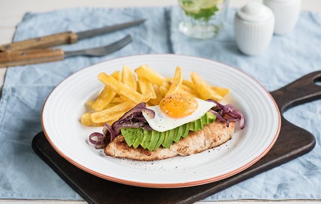 Morčací steak s avokádom a volským okom