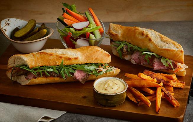 Hovädzí sendvič so zeleninovým crudités