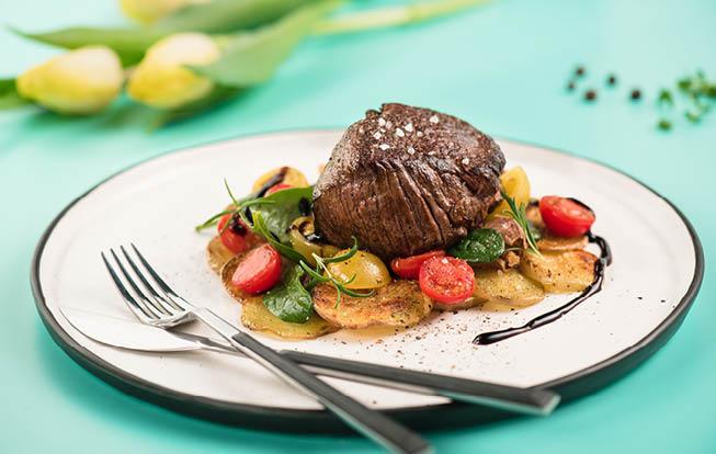 Steak zo sviečkovice so špenátom a paradajkami