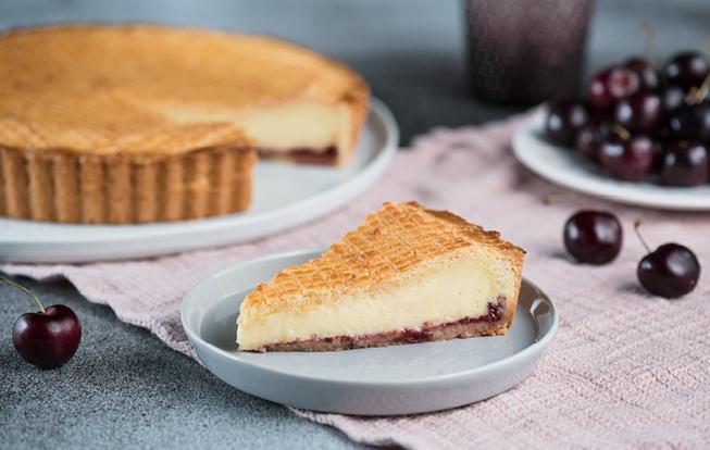 Baskický koláč s višňovým džemom