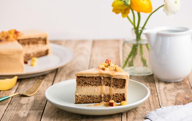 Orechová torta s broskyňami v karamelovej poleve