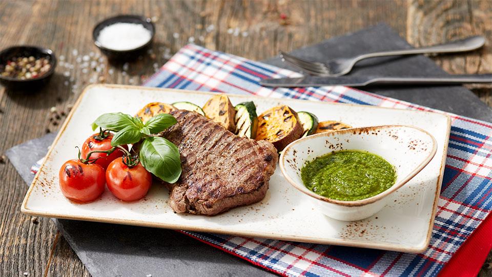 Bataty s rump steakom a bylinkovou omáčkou