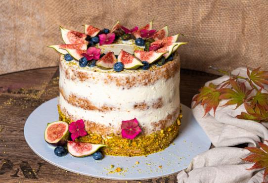 Pistáciová torta s figami a čučoriedkami