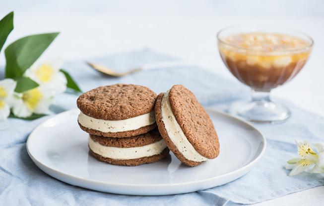 Zázvorové cookies plnené vanilkovou zmrzlinou