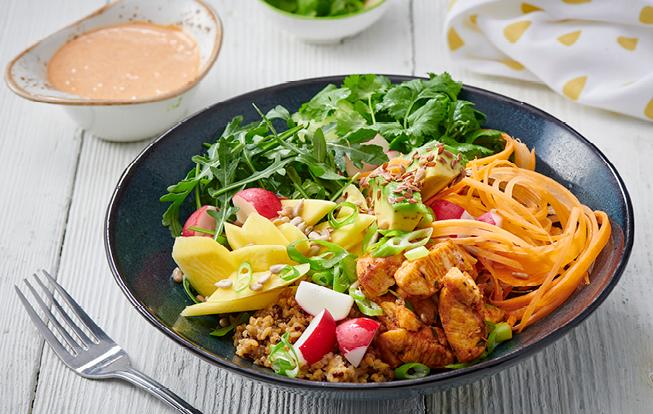 Zdravá miska s kuracím mäsom, avokádom a quinoou