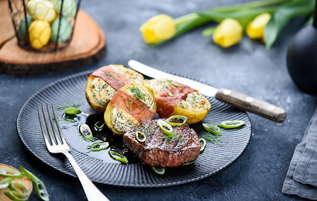 Steak zo sviečkovice so zemiakmi plnenými bryndzou