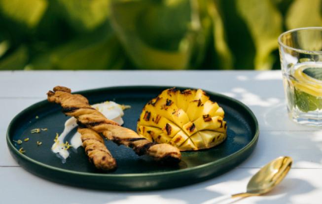 Grilované mango so škoricovými tyčinkami