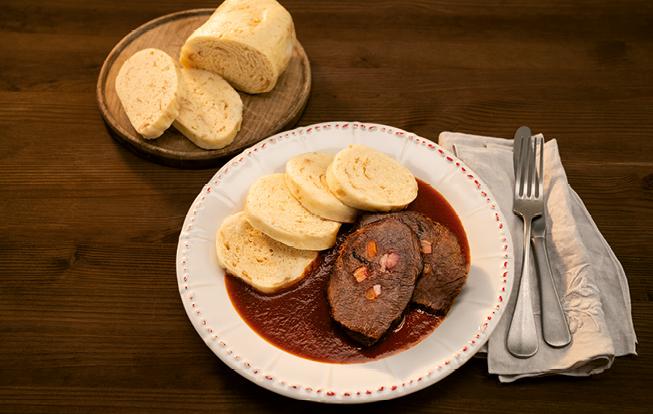 Falošná sviečková s paradajkovou omáčkou a žemľovou knedľou