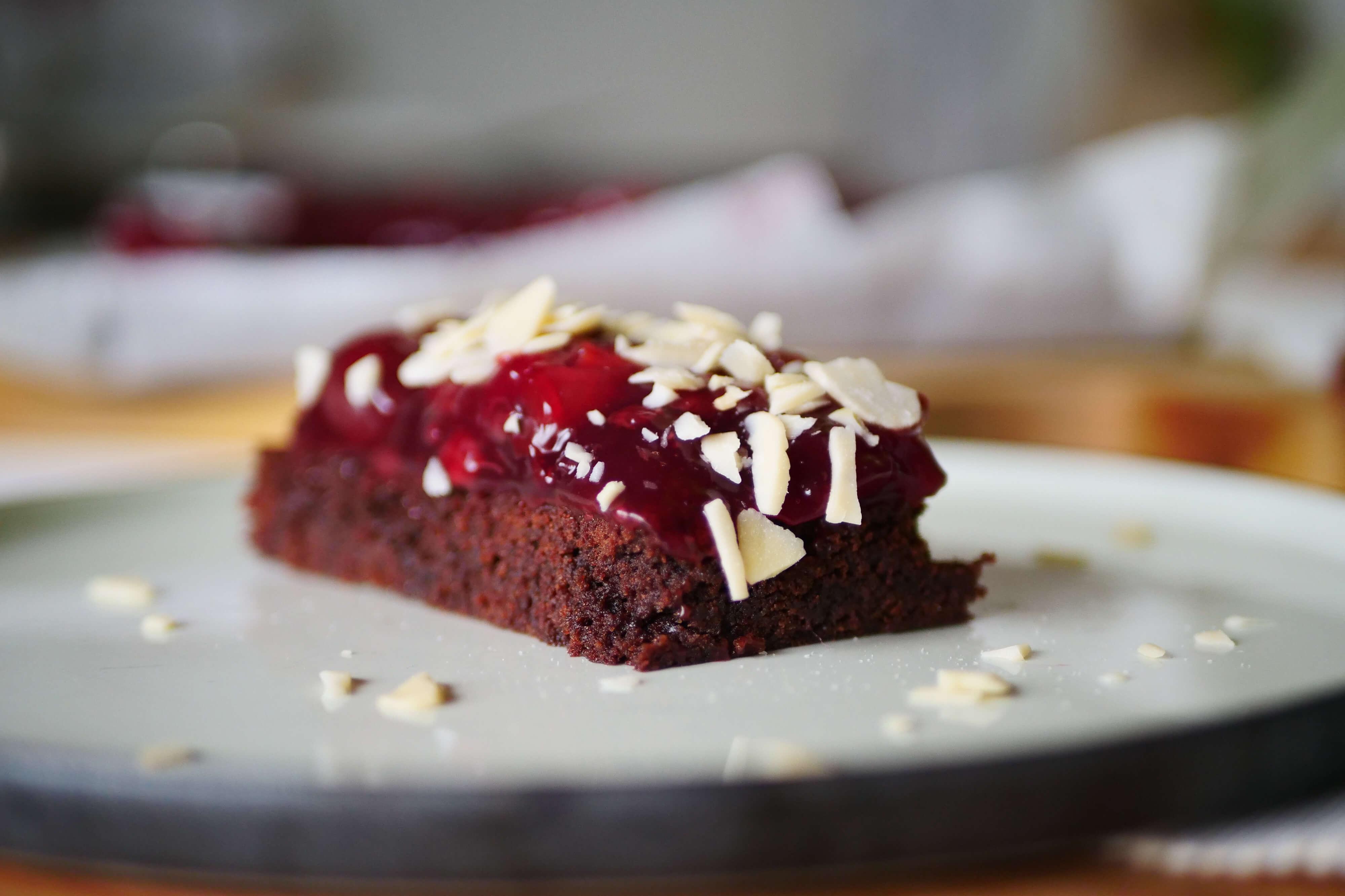 Čokoládovo-višňový koláč