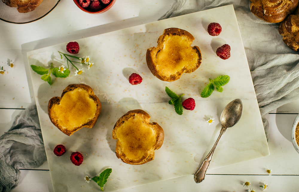 Crème brûlée v koláčikoch z odpaľovaného cesta