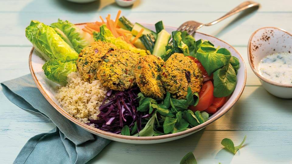 Cícerové placky s quinoou, zeleninou a bylinkami