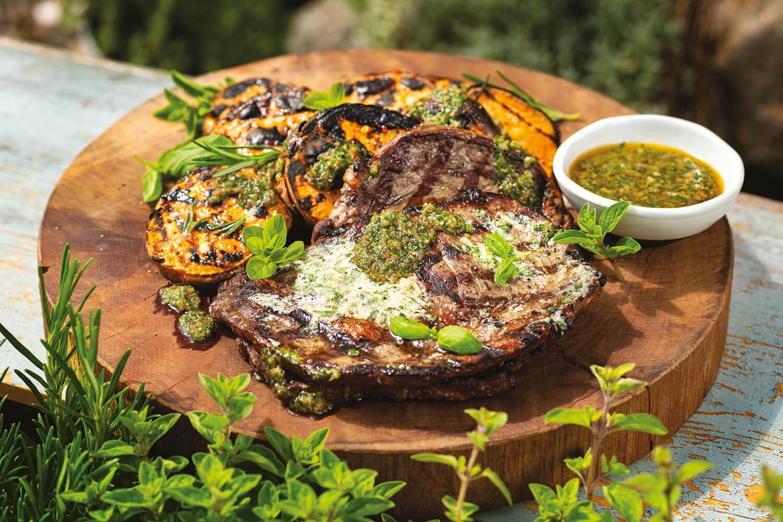 Grilovaný rib eye steak s batatmi a bylinkovou omáčkou